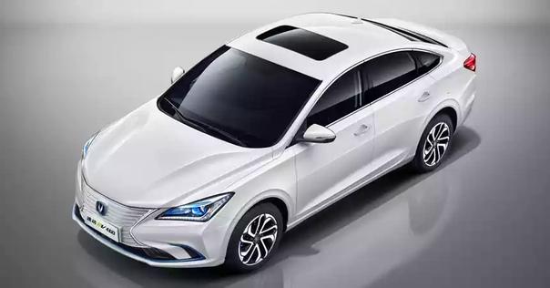 На китайский рынок вышла электрическая версия седана Changan Eado нового поколения. Автомобиль оснащен электромотором мощностью 136 л.с., полного заряда тяговой батареи должно хватить на 430 км пробега, а при движении с постоянной скоростью 60 км/ч — на 5