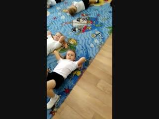 Пока у мальчиков минута отдыха, работают девочки старшей группы д/с 303 (акробатика). Наумов В. В.