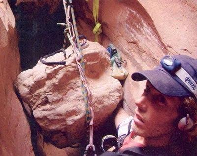 Весной 2003 года американский альпинист, инженер по профессии Арон Ральстон попал в непростую ситуацию