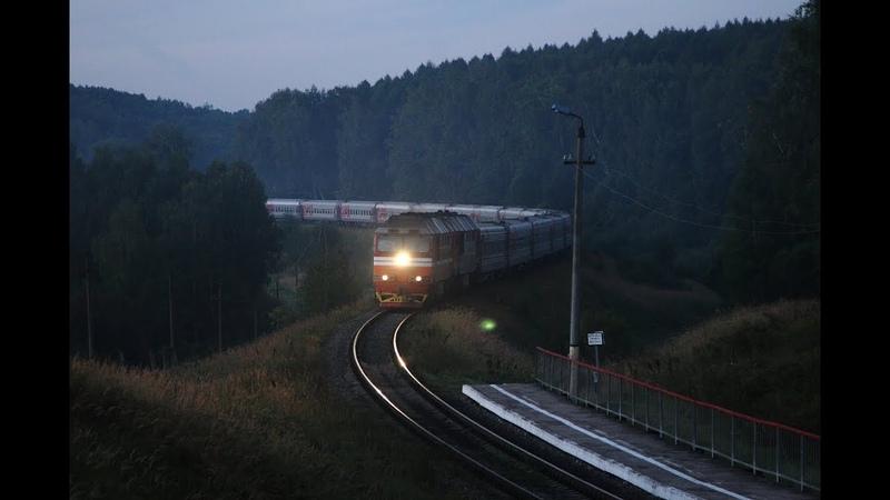 ТЭП70 0551 и 0500 в предрассветных сумерках с пассажирским поездом Анапа - Москва.