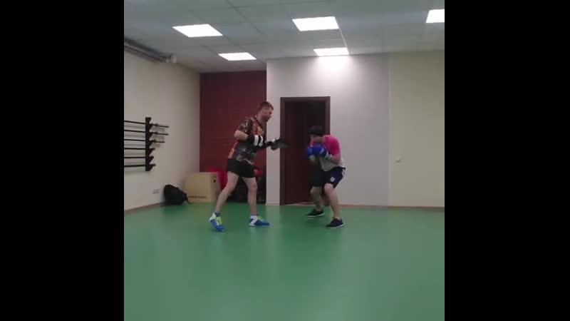Боксер тренирующийся на лапах должен быть внимательным и сконцентрированным Быстро реагировать на команды тренера и правильно