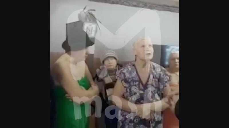 В Вольске пенсионеры вышли в одних полотенцах, чтобы защитить директора бани