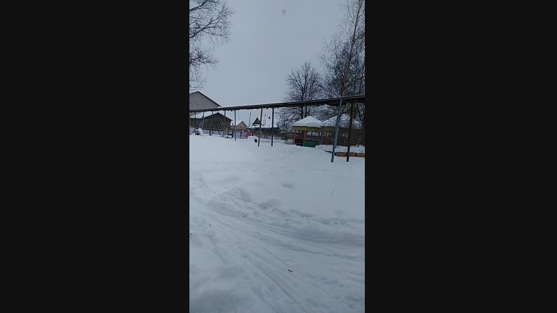 Лыжи коньки санки снежки румяные щечки и теплые варежки Вот так и гуляем