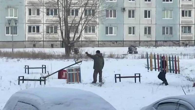 ВМеждуреченске чиновники установили детскую площадку, сфотографировали иубрали. Новости. Первый канал