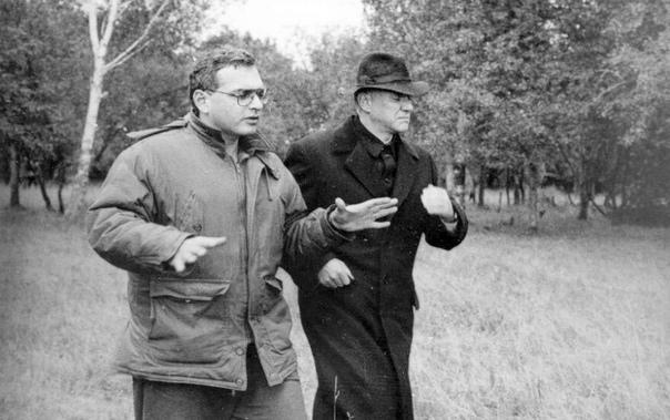 Карен Шахназаров и Малкольм Макдауэлл, рабочий момент съемок фильма «Цареубийца», 1991 год