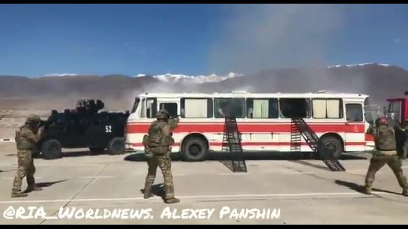 На учениях на Иссык-Куле киргизские спецслужбы отработали освобождение заложников, захваченных террористами. В учениях участвует