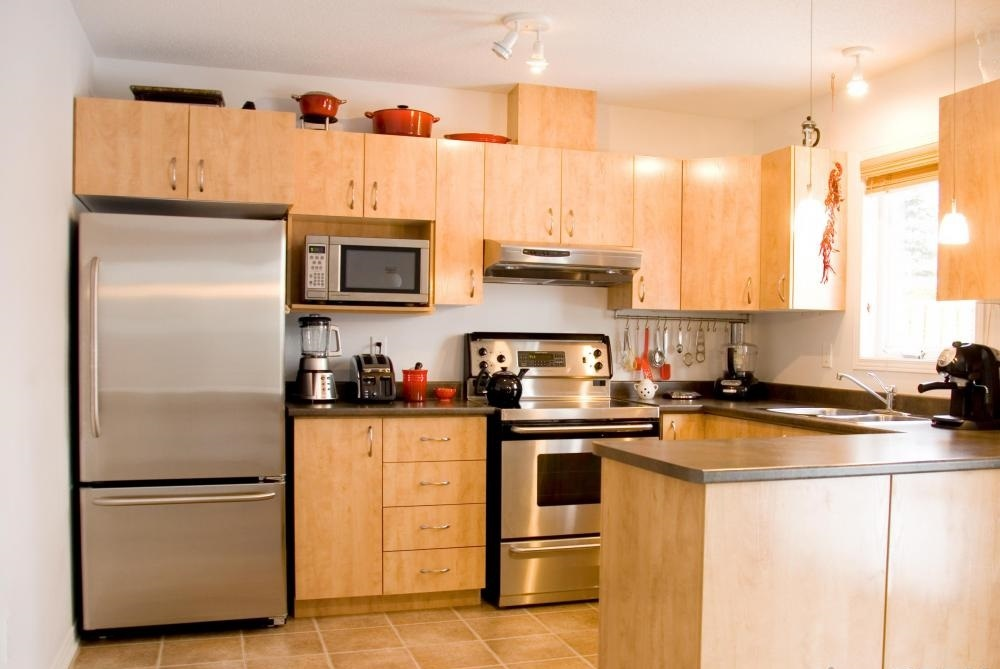 Кухня с плиточным полом.