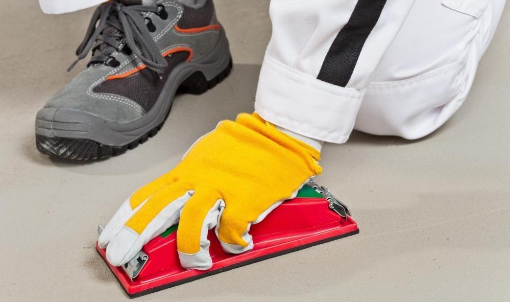 Некоторые домовладельцы предпочитают сглаживать и заканчивать бетонный пол краской или пятнами.