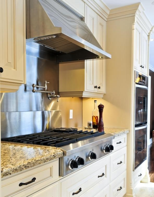 Домовладелец должен выбрать материал кухонного пола, который не только привлекателен, но и функциональен.