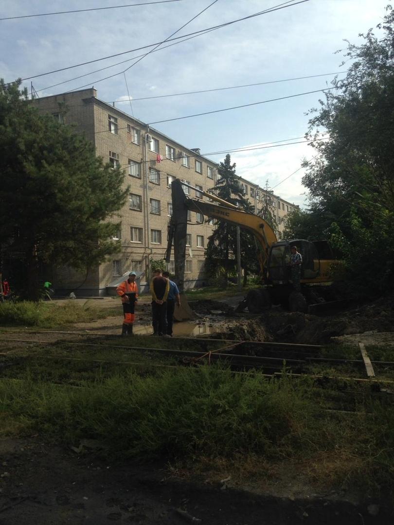 В Таганроге на ул.Толбухина рядом с трамвайными рельсами обрушился коллектор, «двойка» не ходит