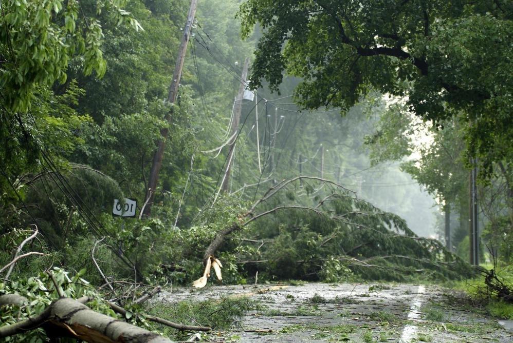 Генераторы могут обеспечивать электроэнергию, когда линии электропередач повреждены от штормов.