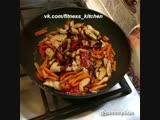 Гречневая лапша с курицей и овощами под соусом терияки.
