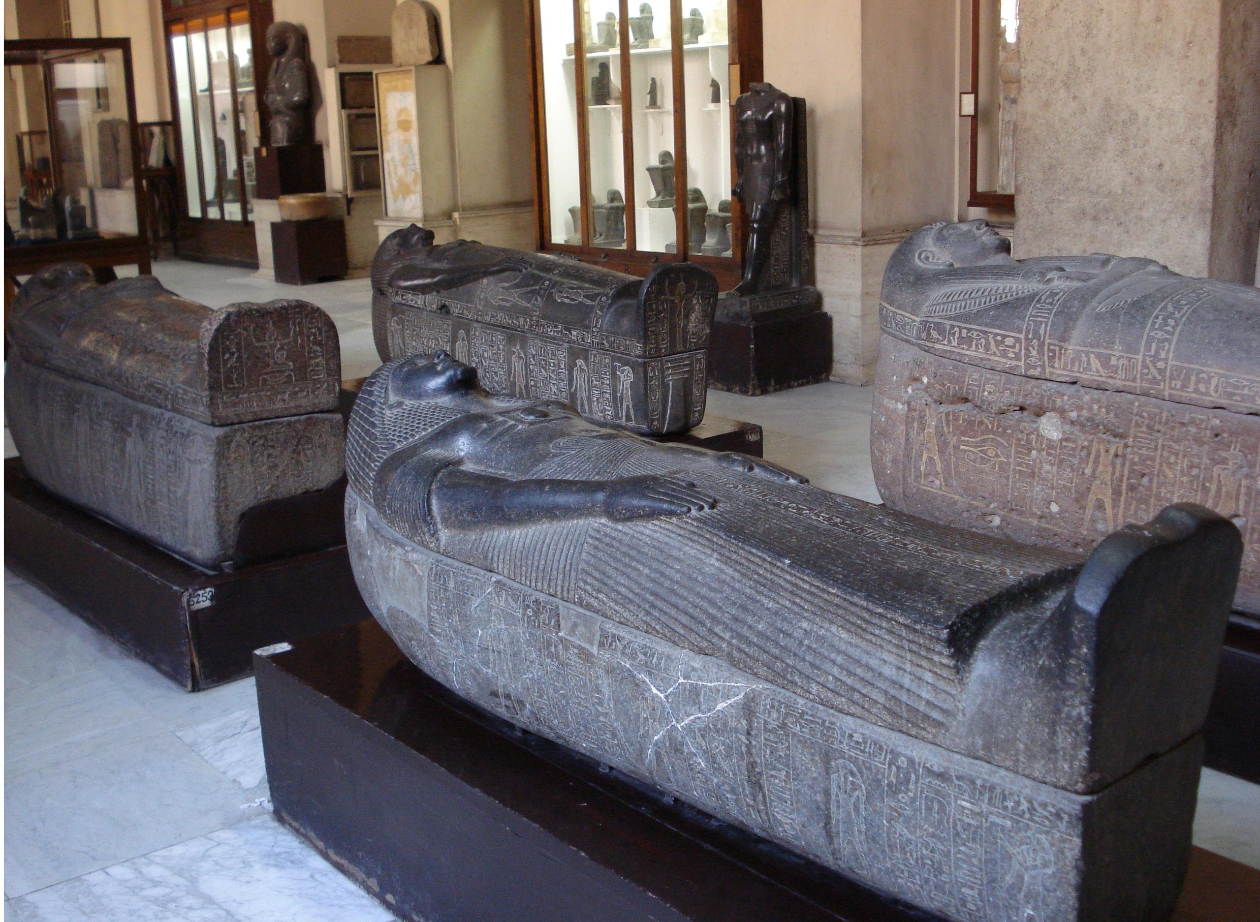 Древние саркофаги в египетском музее