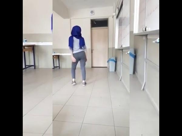 Türbanlı liseli kız sınıfta twerk yapıyor yok böyle kal a