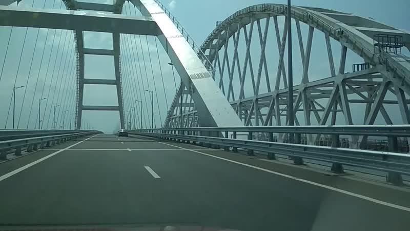 Крымский мост и корабли в Керченском проливе