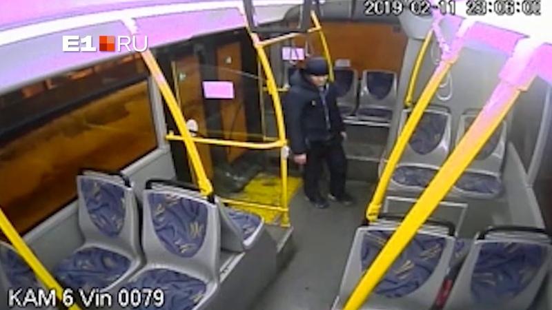 В Екатеринбурге хулиганы стащили огнетушитель из автобуса