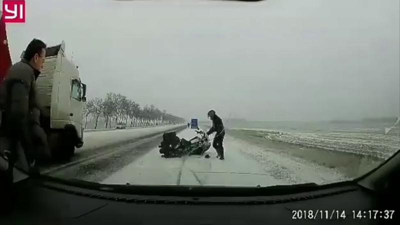 Падение мотоциклиста на заснеженной трассе
