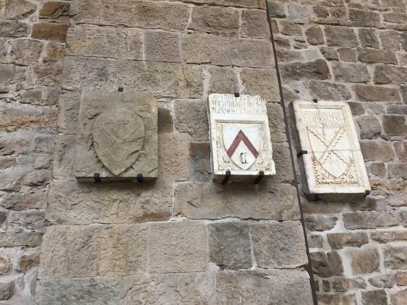 Приключения во Флоренции. Гербы похороненных здесь семейств