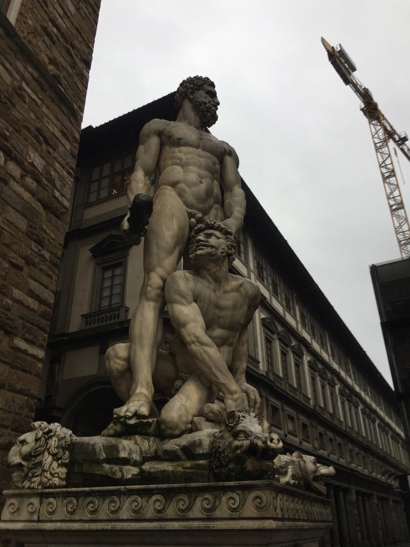 Приключения во Флоренции. Странная скульптура, неправда ли?