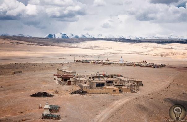 Озеро Манасаровар Манасаровар высокогорное пресноводное озеро, находящееся в округе Нгари в Западном Тибете в 20 километрах к юго-востоку от горы Кайлаш и в 940 километрах к западу от Лхасы.