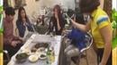 Как девушка китаянка разливает русскую водку, мега прикол))