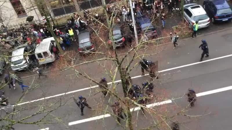 Voici ce que j ai vu de ma fenêtre ce matin.Honte a la police.Lamentable..mp4