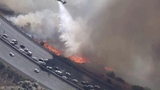 En Californie, les feux atteignent l'autoroute 118 qui permet aux habitants de fuir