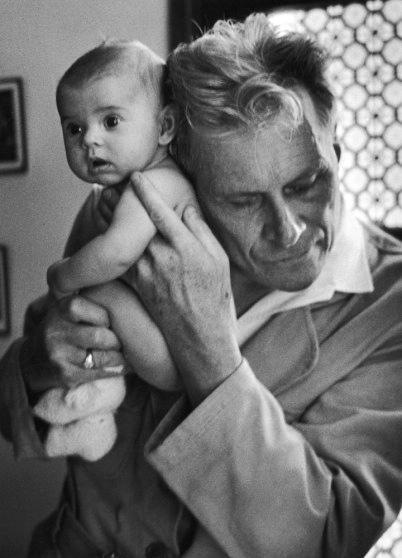 Слепой доктор Альбер-Андре Наст слушает дыхание 3-месячного ребёнка Франция, 1953 P. S. После десяти лет работы в деревне Шилле, Наст потерял зрение в начале 30-х и собирался отказаться от