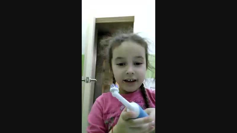 Даниэла чистит зубы электро щёткой