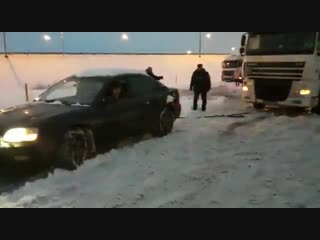 Subaru Legacy тянет фуру