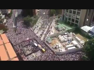 по анальному телевидению сообщили о том, что на митинг в Каракасе вышло 20 000 человек