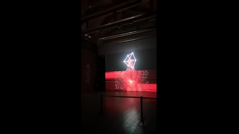 Арсенал. черно-красный куб. Медиахудожник Shohei Fujimoto_