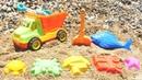 Camión de juguete en la playa Coches para niños Vídeo infantil