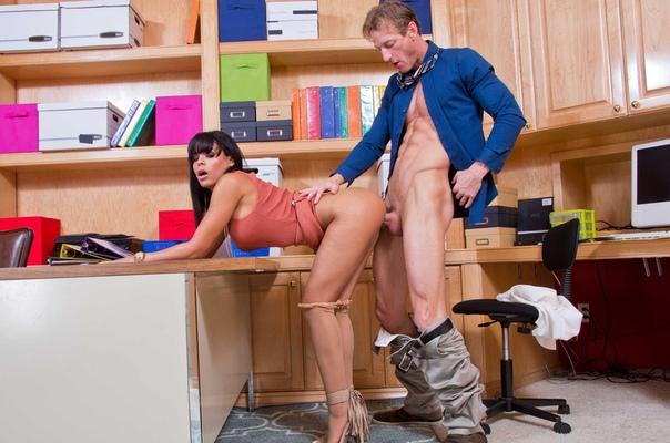 Длинноногая секретарша соблазнила шефа