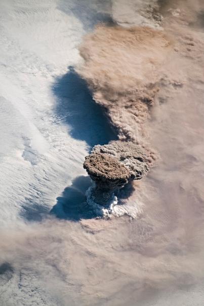 Извержение вулкана Райкоке - взгляд из космоса