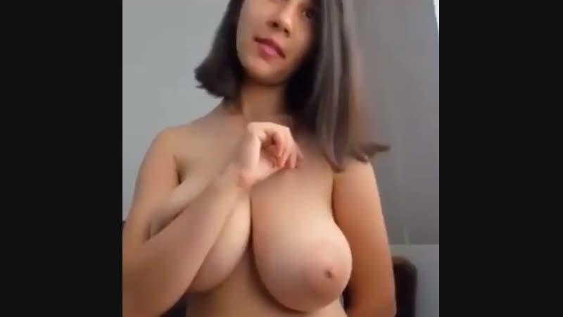 Малая милая девочка показала голые огромные сиськи засвет большую грудь в чат кончила на камеру вебку вписк за деньги порно секс