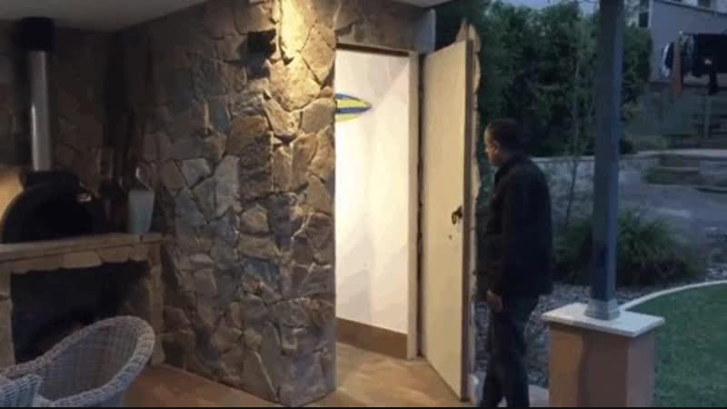 Дверь замаскирована под фасад