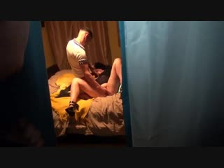 Наблюдает, как жена трахается в другой комнате.