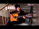Девушка очень красиво поет и играет на гитаре 4