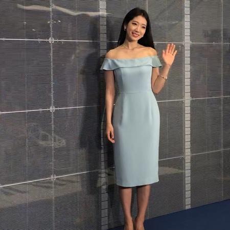 "Cosmopolitan HK Official on Instagram: ""朴信惠 今日出席 Swarovski《MY CHRISTMAS SONG FOR YOU》嘅聖誕企劃發佈會,身穿粉藍"