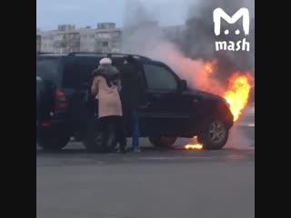 В Старом Осколе хозяин спас собаку из горящей машины