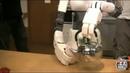 Робот-помощник заваривает чай