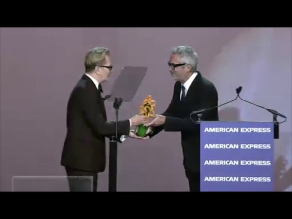 Гэри Олдман вручает Альфонсо Куарону приз на Международном кинофестивали в Палм-Спрингс (3.01.2019)