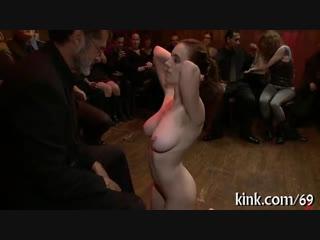Групповое унижение, только одна голая  покорную девушку сексуально унижают при всех