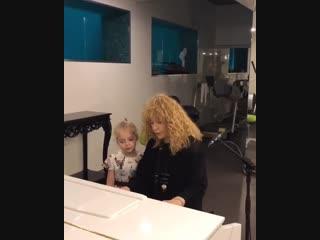 Вся в мать! Умилительный певческий дуэт Аллы Пугачевой и Лизы Галкиной