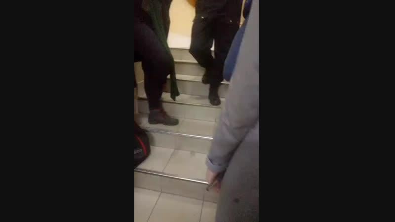 Один из сотрудников ФССП с номером жетона 0018140 не пускает ни журналистов, ни других граждан в зал суда.
