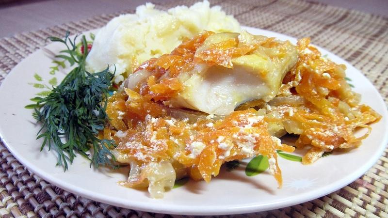 Тушеный минтай с луком и морковью