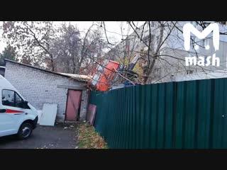 В Нижнем Новгороде автокран упал на детский сад на улице Григорьева. К счастью, никто не пострадал. Внутри было 115 детей — всех
