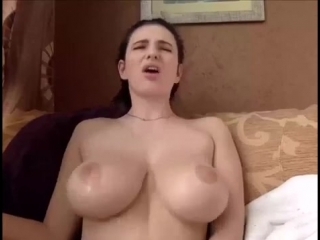 Сочная пышка с огромными красивыми дойками получает оргазм когда мастурбирует на вебку, большие натуральные сиськи секс не порно
