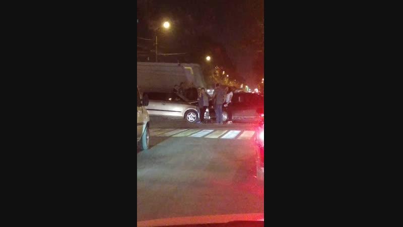 Вечером 18 октября в Симферополе две легковушки не поделили перекресток